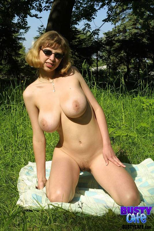 doing-naked-babe-caught-outdoors-sex